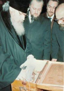 Митрополит Алексий (Ридигер), протоиерей Игорь Мазур и иерей Николай Головкин осматривают мощи
