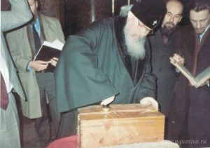 Митрополит Алексий запечатывает ковчег