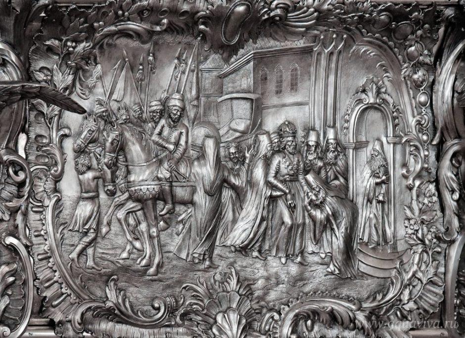 Боковые стороны раки украшены тематическими рельефами с изображением важнейших сцен из жития Александра Невского