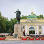 23 Памятник Александру Невскому и Надвратная церковь